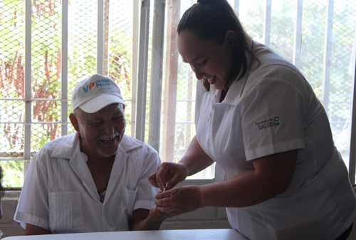 Salud: Se ofrecen campañas de vacunación y atención médica protegiendo la salud de quienes conforman la comunidad.