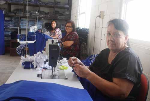 Uniformes: La confección de uniformes permite la generación de fuentes de empleo en la comunidad.